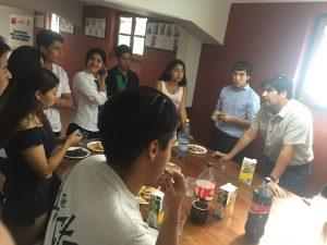Los jóvenes comparten junto al Director de DIDECO, Luis García.